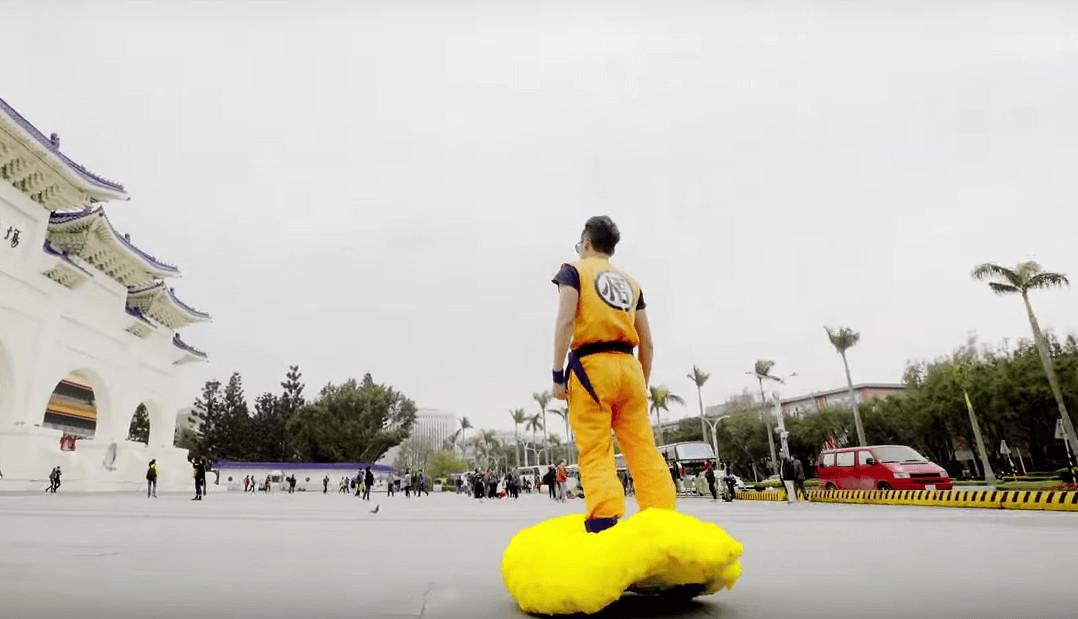 il transforme un hoverboard en nuage magique