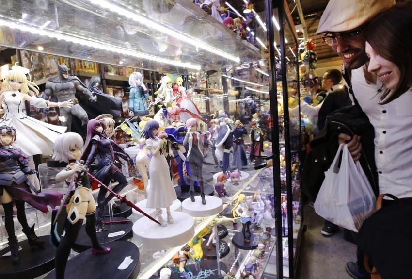 une vitrines de statuettes à la japan expo